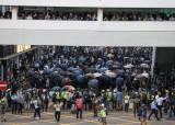 성당까지 쳐들어가 무차별 체포···<!HS>홍콩<!HE>경찰 폭행 영상 논란