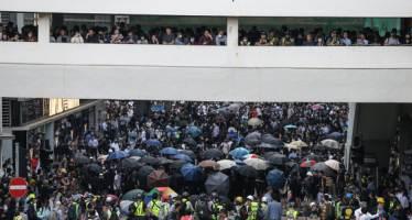 성당까지 진입해 무차별 체포···홍콩경찰 폭행 영상 논란