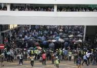 성당까지 쳐들어가 무차별 체포···홍콩경찰 폭행 영상 논란