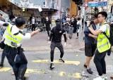 """""""내 <!HS>아버지<!HE>는 살인자""""···홍콩 시위대 분노, 경찰 딸까지 노렸다"""