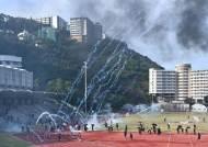 '불화살'까지 등장했다…홍콩경찰·시위대 대충돌, 시가전 방불
