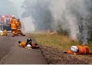 [서소문사진관]치솟는 불길뚫고 진화, 재난 영화 한장면같은 호주 초대형 산불 현장