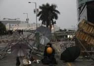 """법무장관 둘러싸고 폭행···""""부끄러운줄 알라"""" 분노 폭발 홍콩"""
