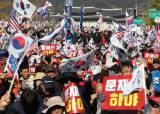 """'文하야' 외친 광화문, 그옆 '朴탄핵무효' 외치자 """"조용히 해!"""""""
