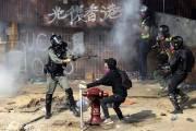 총 겨누고, 진압봉 휘두르고…홍콩 이공대 체포작전 시작