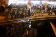 홍콩 시위대 '최후 보루' 뚫렸다, 400명 체포…일부 로프탈출