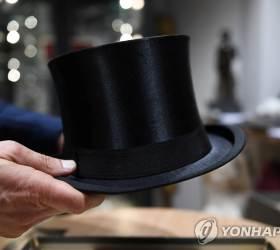 """<!HS>히틀러<!HE> 모자 6500만원에 낙찰…""""구매자들 감시 대상에 올려야"""""""