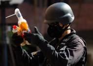 [서소문사진관]홍콩 경찰, 이공대 전격 진입...잔류자 수색 및 위험 물질 수거