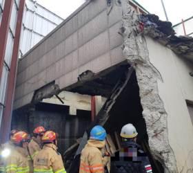 과천서 건물 지붕 붕괴…매몰 2명 구조. 하반신 마비 증상
