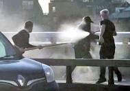 [사진] 런던시민들 소화기로 테러범 제압