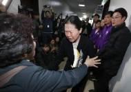 """""""하지마세요, 왜 이러세요"""" 시민 손 뿌리친 권은희 """"성찰할 것"""""""