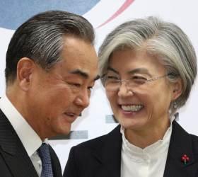 """방한 中왕이, 강경화 면전서 """"패권주의가 세계위협"""" 美 때려"""