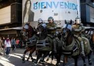 [서소문사진관]말로 칠래? 고글에 무릎 보호대, 중무장 기마 경찰 가세한 칠레 시위