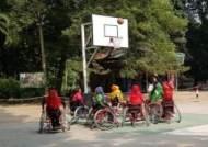 [채인택의 글로벌 줌업]히잡 쓰고 휠체어 농구…가정폭력 피해 22세 여성 웃음 되찾다