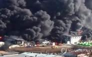 검게 뒤덮인 하늘···칠곡 팔레트 제조공장 큰 불길은 잡았다