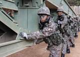 <!HS>탱크<!HE> 60톤 건너는 다리 1시간만에 만든다…'철' 든 군인들