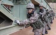 [박용한 배틀그라운드]'철든 군인' 60톤 건너는 다리 하나 뚝딱…레고 블록처럼 순식간에 조립