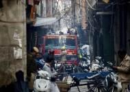 """인도 뉴델리 재래시장 내 공장서 대형화재…""""43명 이상 사망"""""""
