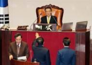"""""""아들 공천"""" 한국당 공격 받는 문희상···음해인가 근거있나"""