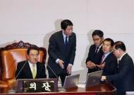 """문희상 """"내일 처리""""에도 민주당 강공···심재철 33시간만에 패배"""