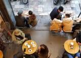 비 내리는 하노이 커피숍에서 찾은 여행의 여유