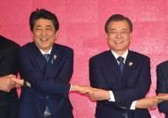 """""""크리스마스 이브 文 만난다"""" 딱 한마디뿐…아베 또 '한국 패싱'"""