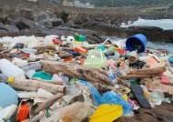 계절풍 불면 몰려든다…대만 해안 뒤덮은 플라스틱 더미