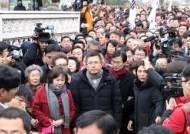 어제 국회 앞 계단에서 규탄대회 참석한 황교안 대표, 오늘은 국회 정문 밖으로