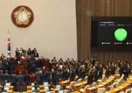 한국당 꼼수에 민주당 역꼼수···의안과 앞에 죽치고 서있었다
