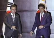 """한·일 정상 '수출규제·강제징용' 평행선… """"대화로 풀자""""만 4차례 강조"""