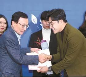 [사진] 민주당 영입 2호