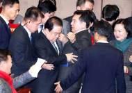 """심재철 """"의원직 유지 못해"""" 한국당 총사퇴 결의…실제로 하나"""