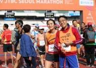 """[함께하는 세상] """"길동무로 42.195km 함께 달리는 '빨간 끈'의 기적 믿어요"""""""