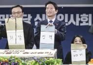 """당에서 박수 받은 이인영, 외부선 """"숫자의 우위로만 밀어붙여"""" 비판"""
