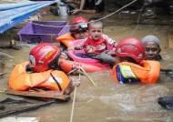 [서소문사진관]13년 만의 기록적인 폭우로 물바다된 인니 30여명 사망