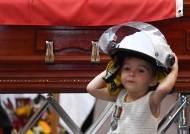 [서소문사진관] 호주 소방관의 장례식, 아빠 헬멧 쓴 19개월 딸