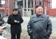 [서소문사진관] 美 '이란 참수' 걱정(?), 가죽코트 입고 미소 띤 김정은 공개 행보