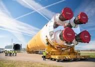 """""""인류는 이제 새로운 우주 탐험의 시대를 맞이했다"""", 아르테미스 달 탐사 로켓 'SLS' 첫 공개"""