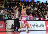 [포토]박지수-위성우감독,댄스 팬서비스