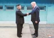 생일 축하 메시지도 주고받는 트럼프·김정은…한국만 몰랐다