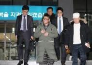 """김건모의 반격 """"그날 배트맨 티셔츠 안입었다"""" CCTV 증거 제출"""