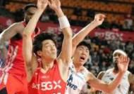 [포토]김지완, 앞 뒤에서 수난