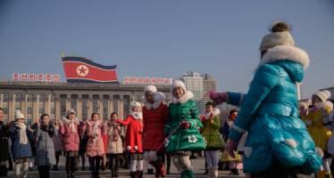 [서소문사진관]김일성광장에서 줄넘기하고, 연 날리고···北 음력설 모습