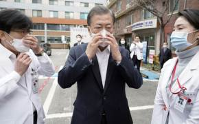 文대통령, 국립중앙의료원 방문…40분간 우한폐렴 현장 점검