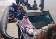 [서소문사진관] 실종 34일만에 아마존 정글에서 구조된 엄마와 삼남매...열매와 강물로 버텼다