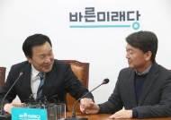 """안철수, 손학규 만나 """"당 비대위체제로…내가 위원장 맡겠다"""""""