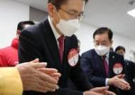 우한폐렴 정국…마스크 낀 황교안, 민주당은 악수 대신 눈인사