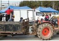 격리장소 하루 새 뒤집은 정부, 아산·진천 트랙터 봉쇄 시위