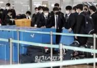 [포토]전훈떠나는 두산 선수들, 수하물 수속은 막내라인이