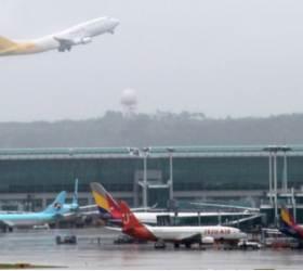 [<!HS>강갑생의<!HE> <!HS>바퀴와<!HE> <!HS>날개<!HE>] 인천공항 비행편 못 늘리는 이유.. 2개 891억에도 팔리는 '슬롯'